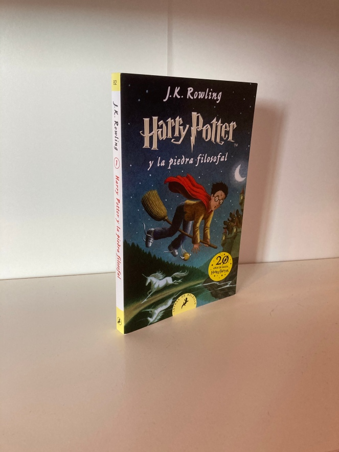 The cover of Harry Potter y la Piedra Filosofal by JK Rowling
